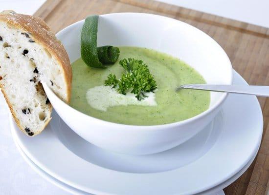 Leichte Sommerküche Essen Und Trinken : Tolles rezept für eine leichte aber cremige zucchinisuppe