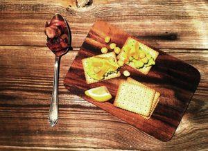 Glutenfreie Vorspeise – Petit Cereals mit Avocadocreme und Speckdatteln