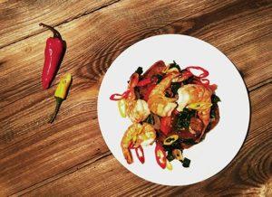 Glutenfreies Brot als Salat mit Schwarzkohl und scharfen Gambas