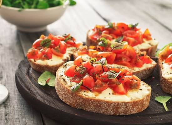 tomaten crostini mit knoblauchcreme k stlich italienisch. Black Bedroom Furniture Sets. Home Design Ideas