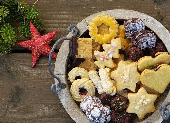 Weihnachtsplätzchen Schokoladenplätzchen.Traditionelle Weihnachtsbäckerei Stollen Lebkuchen Und Plätzchen