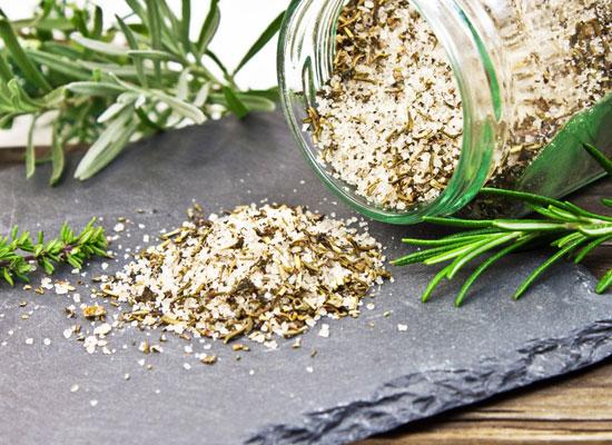 Aromatisches Gewürzsalz mit frischen Gartenkräutern