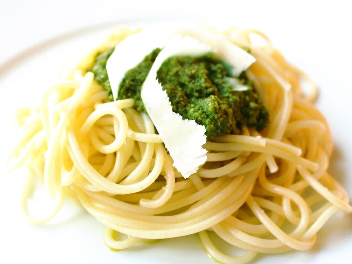 Basilikum Pesto mit Mandeln
