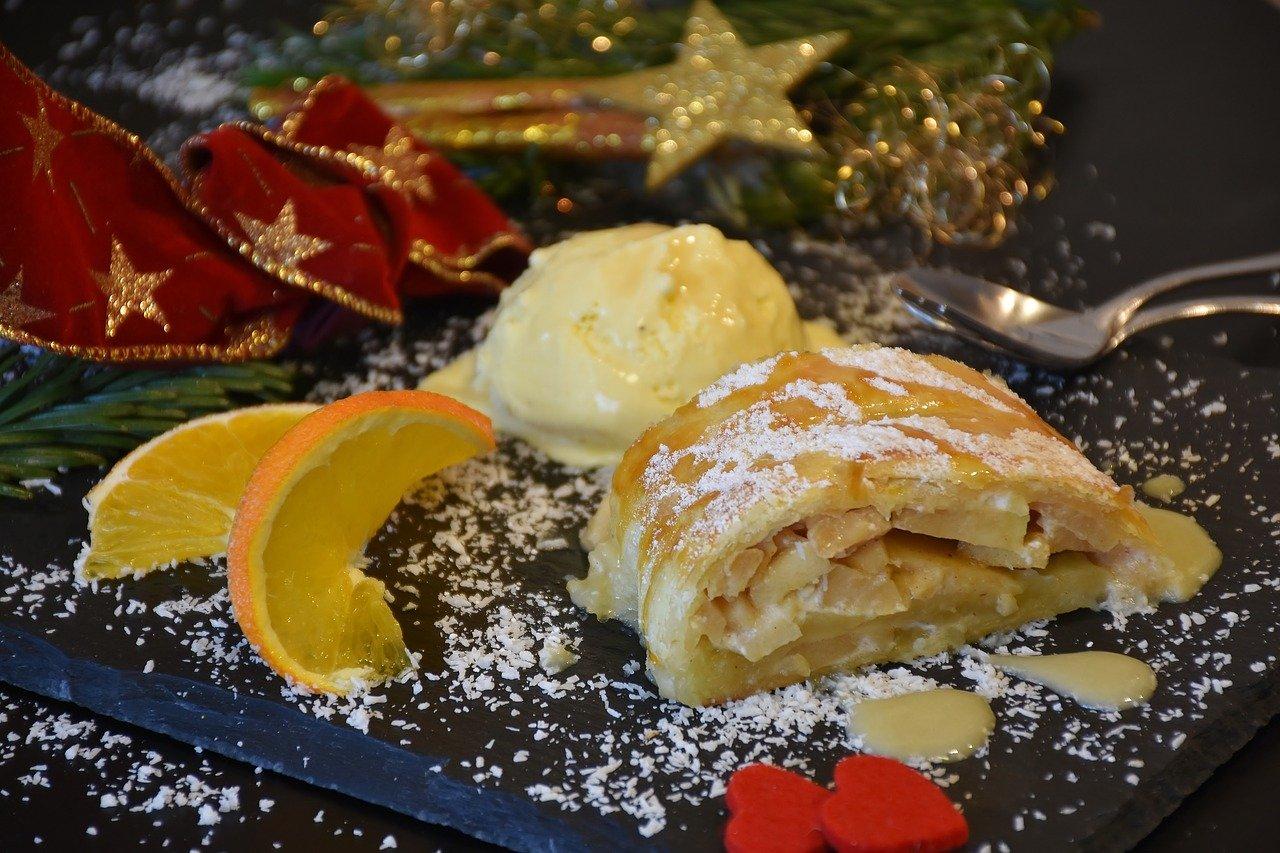 Apfelstrudel mit Vanilleeis Rezept